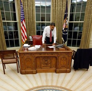 Barack-Obama-behind-Resolute-Desk-in-the-Oval-Office-Public-Domain